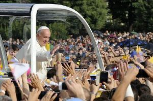 1406412918-pope-francis-celebrates-mass-with-thousands-in-caserta-southern-italy_5373670