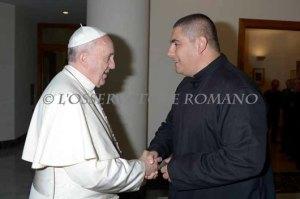 Paus dan Pastor Jorge Hernandez