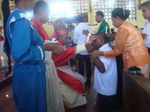 Uskup Domi Saku memberikan Minyak Krisma kepada 525 umat   di Kapela Stasi Motabuik, Selasa (28- 10- 2014) (1)