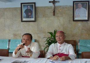 Mgr.-Ignatius-Suharyo-kiri-dan-Mgr.-Johannes-Pujosumarta-kanan-sedang-memberikan-keterangan-pers-atas-hasil-sidang-tahunana-para-uskup-di-ruangan-resepsionis-lantai-1-gedung-KWI-jln.-Cut-Mutia-no.-10-Jakarta.
