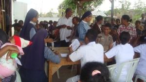 Pengobatan Massal Bagi Masyarakat Miskin Dalam Rangka 125 Tahun SSpS Sejagat Di Halaman Depan Rumahnya Bapak Vinsensius Loe, Kuneru, Atambua, Rabu (3 Desember 2014)