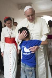 Paus bersama seorang anak dari Yayan Anak-Tnk