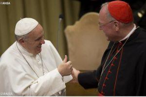 Dalam foto ANSA ini terlihat Paus Fransiskus bicara dengan Kardinal Timothy Dolan dari New York sebelum Konsistori Luar Biasa para kardinal di Ruang Sinode