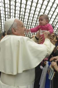 Dalam foto dari Osservatore Romano dan reuters ini Paus bicara tentang perlindungan anak kecil
