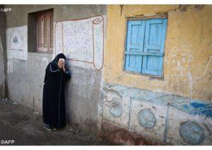 Foto AFP ini memperlihatkan seorang saudara dari satu uat Katolik Koptik Mesir yang dibunuh oleh militan ISIS di Libya