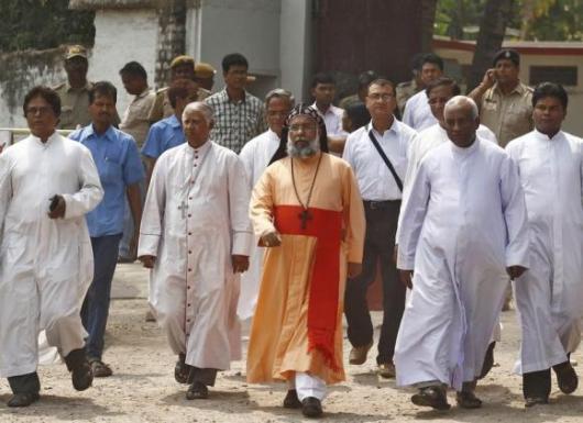 Kardinal Cleemis keluar dari biara tempat pemerkosaan terjadi