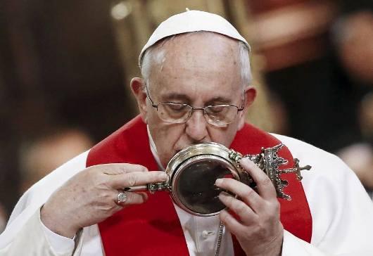 Paus mencium bejana penyimpan darah Santo Yanuarius