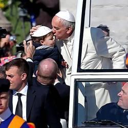 Foto Absa saat paus ium anak kecil dalam audiensi umum