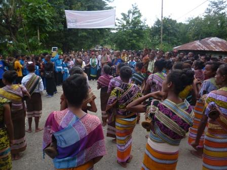 Romo Hadiwijaya Pr bersama rombongan dari Jakarta diterima   secara adat oleh umat Paroki Santu Aloysius Gonzaga Haekesak, Sabtu sore   (11- 4- 2015) di cabang masuk gereja