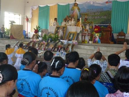 umatKatolik Se-Keuskupan Atambua bersama TH-THM ikut misa   penutupan Novena Kerahiman Ilahi di Gereja Paroki Santu Aloysius Gonzaga   Haekesak, Minggu pagi (12- 4- 2015)