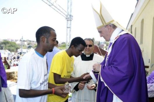 Paus Fransiskus menyalami para migran dalam kunjungannya ke Pulau Lampadusa