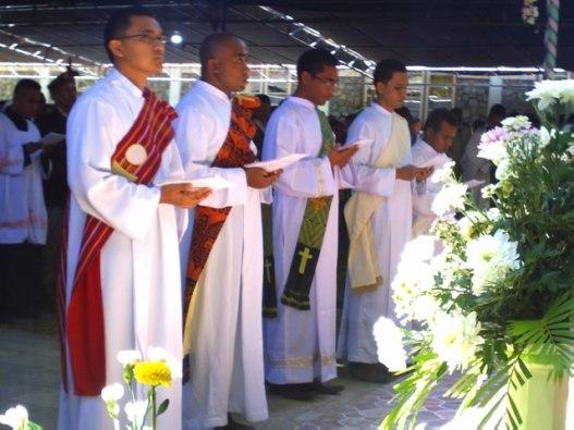 kelima diakon yang ditahbis menjadi imam oleh uskup   dominikus saku di kapela biara svd timor, selasa 29- 9- 2015 (2)
