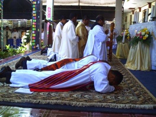 kelima diakon yang ditahbis menjadi imam oleh uskup   dominikus saku di kapela biara svd timor, selasa 29- 9- 2015 (3)