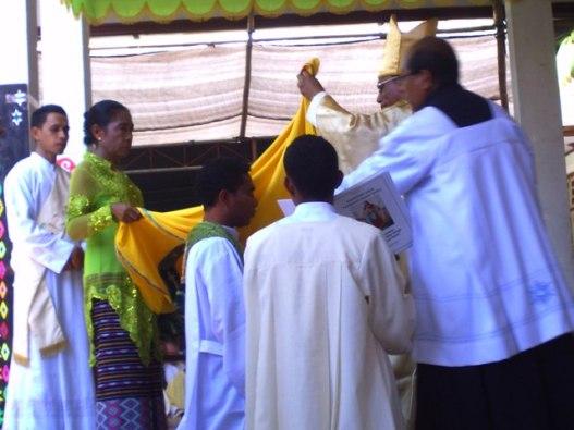 keluarga membantu memasukan jubah ke dalam diri tertahbis,   selasa 29- 9- 2015 di kapela biara svd timor (1)