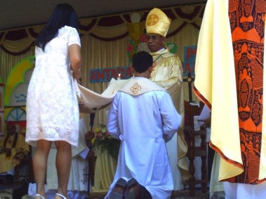 keluarga membantu memasukan jubah ke dalam diri tertahbis,   selasa 29- 9- 2015 di kapela biara svd timor (2)