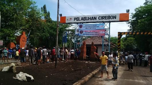 ratusan-warga-pesisir-mendatangi-pelabuhan-cirebon (1)
