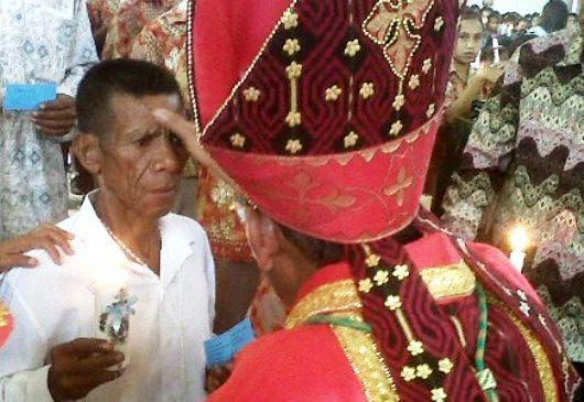 Paulus (70 tahun) peserta penerima Sakramen Krisma di   Gereja Katedral Atambua, Rabu (28- 10- 2015) oleh Uskup Dominikus  Saku