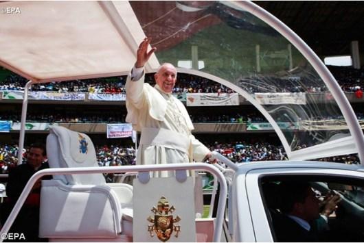Paus Fransiskus melambaikan tangan kepada masyarakat Kenya, foto EPA