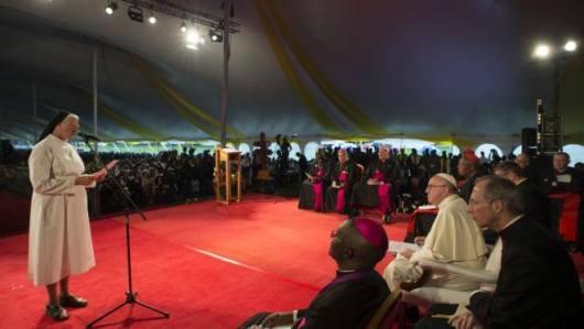 Paus dengan para klerus dan religius Uganda