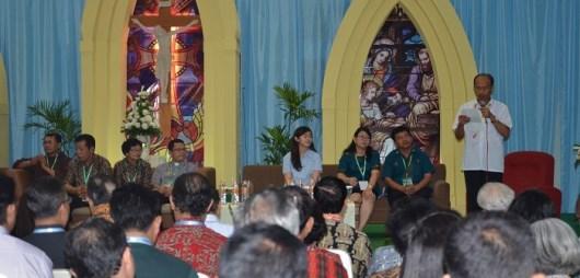 Tiga-Pasutri-Katolik-sedang-memberi-kesaksian-sukacita-keluarga-katolik-700x336