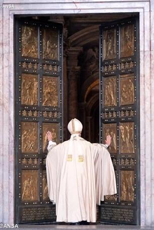 Paus membuka gerbang Basilika Santo Petrus