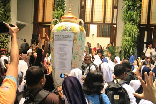 Tanda telapak tangan oleh peserta