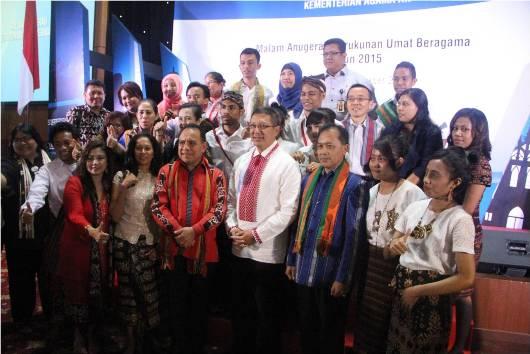 Gubernur NTT, Kakanwil Kemenag NTT dan Menteri Agama bergambar bersama putra-putri NTT penari JaI setelah Acara Anugerah Kerukunan Umat Beragama Tahun 2015 di Jakarta, Rabu, Foto oleh Jose
