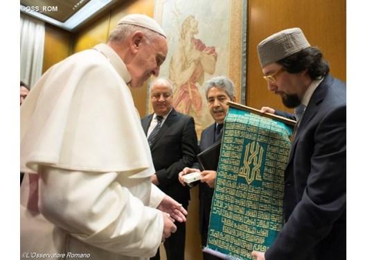 Paus Fransiskus menerima delegasi Muslim yang mengundang Paus untuk mengunjungi Masjid Roma
