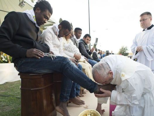 pope-francis-kisses-the-foot-of-a-man-during-the-foot-washing-ritual-at-the-castelnuovo-di-porto-refugees-center-e1458888339414-640x480