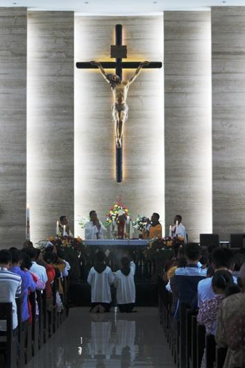 Mgr Paskalis pimpin Misa Paskah Flores
