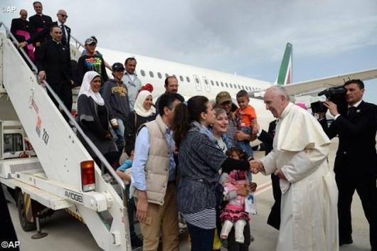 Paus menyalami para pengungsi Suriah saat mendarat di Bandara Roma foto AP