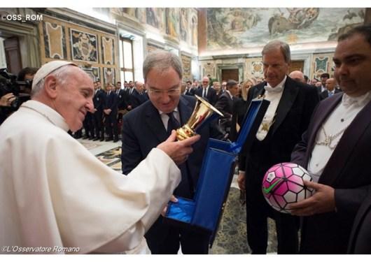 Paus menerima Yuventus dan AC Milan