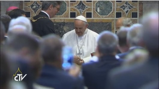 Paus menerima penghargaan