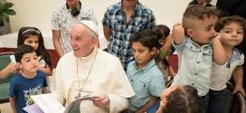 Paus Fransiskus makan siang bersama para pengungsi Suriah di Vatikan