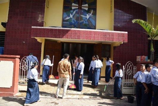 dedi-mulyadi-dan-pelajar-muslim-bersihkan-gereja