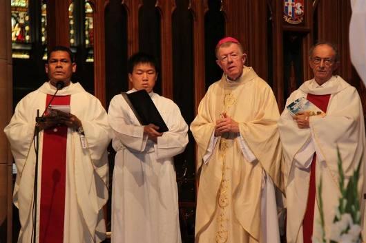 Uskup Pembantu Mgr Terrence Brady (ketiga dari kiri) sebagai konselebran utama Misa Natal KKI Sydney 2013 dengan konselebran antara lain Chaplain KKI  Pastor Aloysius Tamnge MSC (paling kiri). Foto dari Facebook KKI di Australia