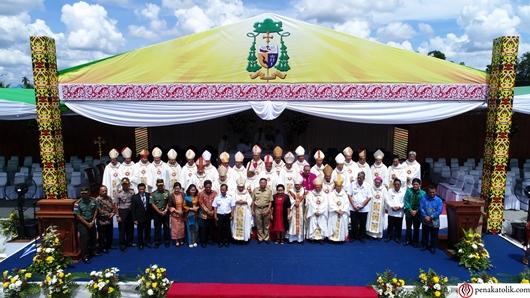 Beberapa undangan berfoto bersama uskup Sintang yang baru dan uskup-uskup lain yang hadir. Foto soni/PEN@ Katolik
