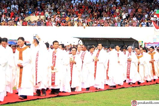 Suasana umat di salah satu sudut stadion menyaksikan perarakan para imam. Foto pcp/PEN@ Katolik