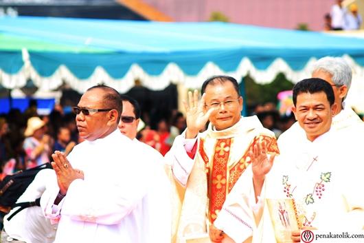 Mgr Samuel Oton Sidin OFMCap saat perarakan masuk. Foto pcp/PEN@ Katolik