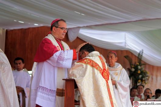 Penumpangan tangan oleh Duta Vatikan untuk Indonesia. Foto pcp/PEN@ Katolik