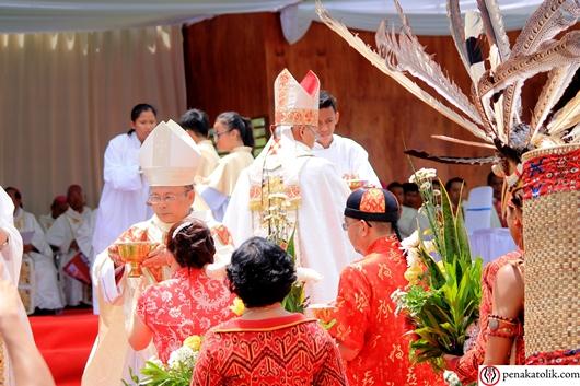 Empat foto ini menunjukkan Mgr Samuel Oton Sidin OFMCap yang memimpin Misa sebagai Uskup Sintang. Foto pcp/PEN@ Katolik