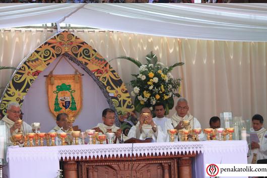 Uskup Sintang Mgr Samuel Oton Sidin OFMCap memimpin Misa. Foto PEN@ Katolik