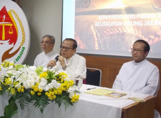Mgr Suharyo didampingi (kiri) Vikjen KAJ Pastor Samuel Pangestu Pr dan (kanan) Kepala Paroki Katedral Santa Maria Diangkat ke Surga Pastor Albertus Hani Rudi Hartoko SJ