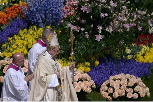 Paus Fransiskus saat memimpin Misa Paskah