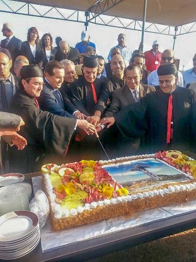Yang mulia Patriark Maronite, Moran Mor Bechara Boutros al-Rahi, sedang memotong kue berwarna-warni yang menggambarkan Salib Ijdabra. Foto ijdabracrossofficial