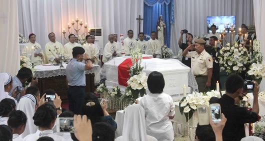 Upacara pemakaman Pastor Janssen CM di Kapel Paulo Bhakti Luhur Malang disertai penghormatan bendera dan penjagaan oleh Kolonel Bernard, alumnus STP IPI Malang, yang didirikan oleh Pastor Janssen. ist
