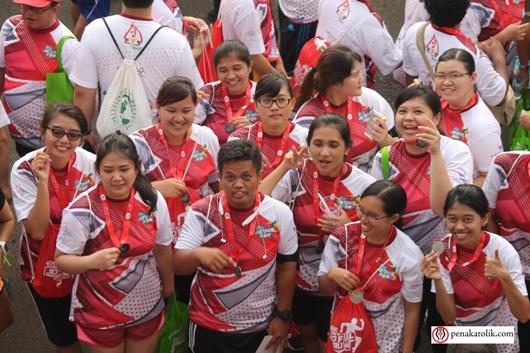 Beberapa OMK peserta menunjukkan medali mereka