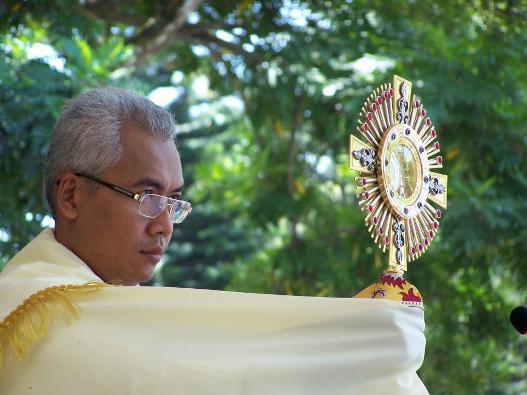 Mgr Pius Riana Prapdi Pr, yang lahir anal 5 Mei 1967, ketika masih imam di KAS. Foto diambil oleh PEN@ Katolik di Gua Kerep Ambarawa.