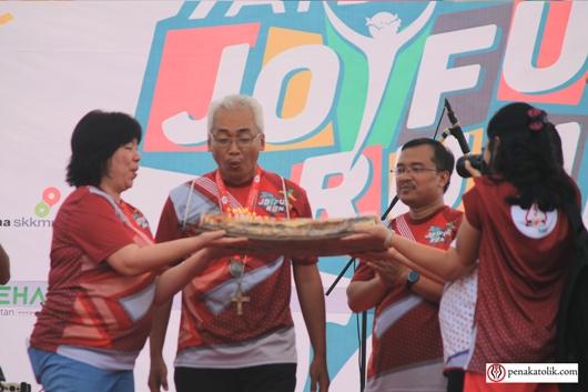 Mgr Prapdi, ditemani Ketua Umum AYD 2017 Pastor Antonius Haryanto Pr, meniup kue ulang tahunnya 5 Mei