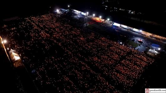 Sekitar  15.000 lilin menyala di akhir acara pentahbisan Uskup Agung Jakarta saat Mgr Robertus Rubiyatmomo mendekati dan memberkati umat dengan mobil terbuka, Foto DR Soni P/PEN@ Katolik